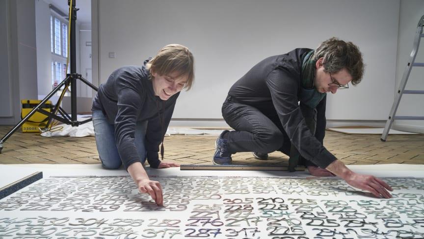 Lena Kaapke beim Aufbau einer ihrer Installationen (mit Erik Schüller).