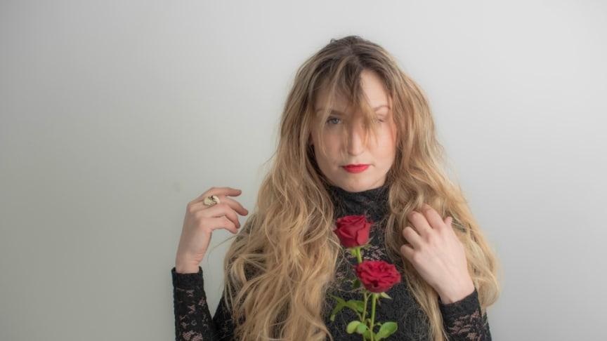"""Artisten Anna Vild släpper album & diktbok – """"som en masspsykos och mental pandemi utan dess like."""""""