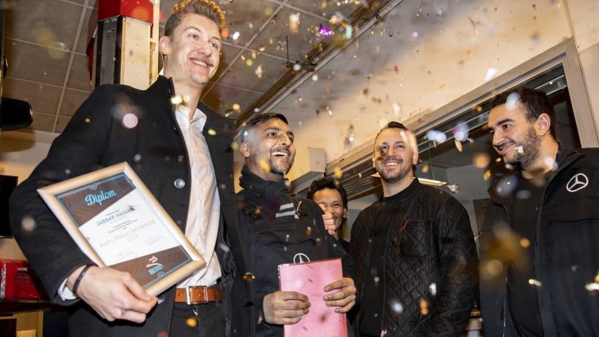 Jabbar Hassan fik overrakt prisen på Mercedes Benz-værkstedet på Amager, hvor han er lærling.