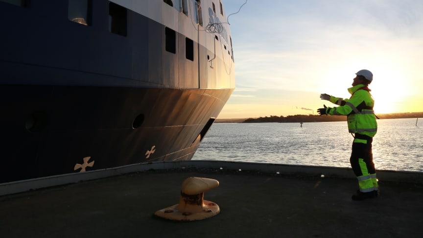 SKB:s fartyg m/s Sigrid lägger till i hamnen. Foto: Joakim Hellman