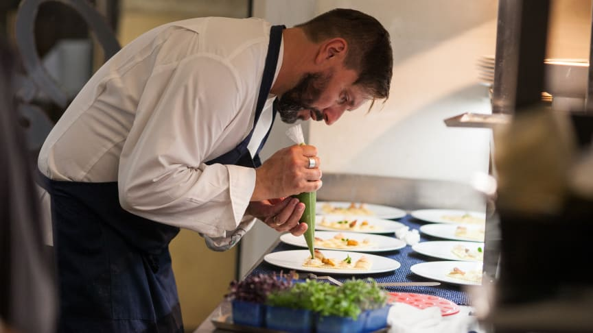 Mesterkokk og tørrfiskambassadør Ivano Ricchebono i full gang med å lage velsmakende retter av en av sine yndlingsråvarer: tørrfisk fra Norge. FOTO Giulia la Monica