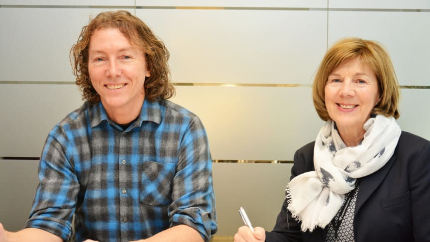 Signerte: Rigmor Hansen i Undervisningsbygg og Thorleif Østmoe fra R3 Entreprenør signerte kontrakten.