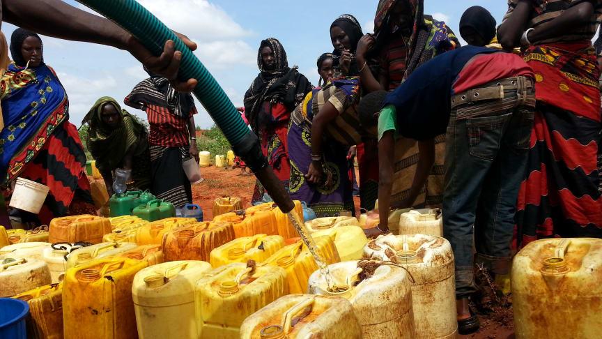 Vattendistribution i Etiopien. Enligt WHO/UNICEF saknar ungefär 844 miljoner människor tillgång till rent vatten. Det är 10 % av världens befolkning.