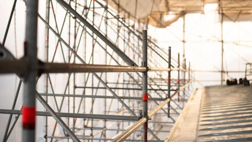 Ilmastonmuutos kurittaa työmaita – Rakentaminen siirtyy suojien alle