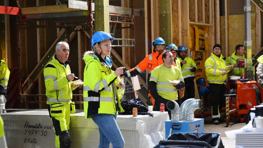 TALE: Prosjektleder Pia Sylvie Berg i Undervisningsbygg takket alle bygningsarbeiderne for god innsats så langt. Foto: B. Nylund
