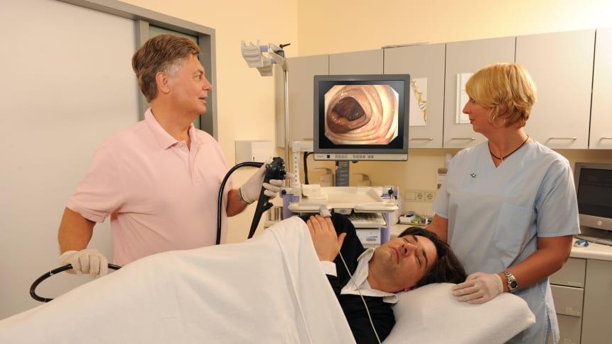 Magen-Darm-Arzt Dr. Berndt Birkner, Kuratoriumsmitglied der Felix Burda Stiftung, führt die Vorsorge-Darmspiegelung durch.