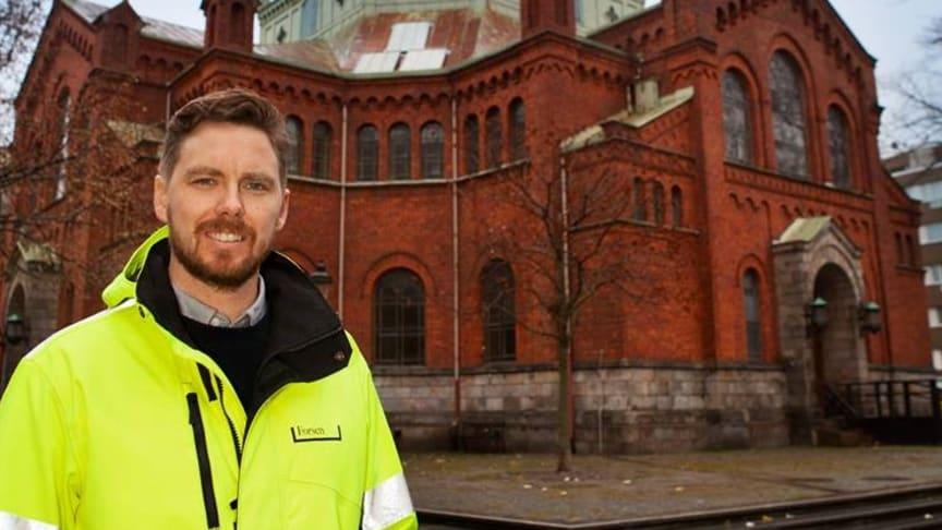 Christian Oxling framför Caroli kyrka