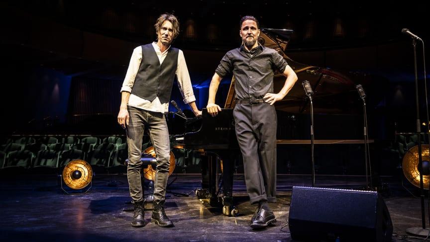 Johan Persson (till vänster) på piano, och Anders Wendin (Moneybrother) på sång, framför Gävle Konserthus Steinway-flygel.
