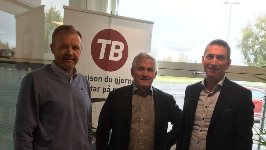 Kontrakten blir signer av (fra venstre) Arild Hegdal, teknisk sjef, Vidar Kjesbu, administrerende direktør, begge Trønderbilene AS, og Dagfinn Heitmann, områdesjef buss NO/SE/FI hos IVECO.