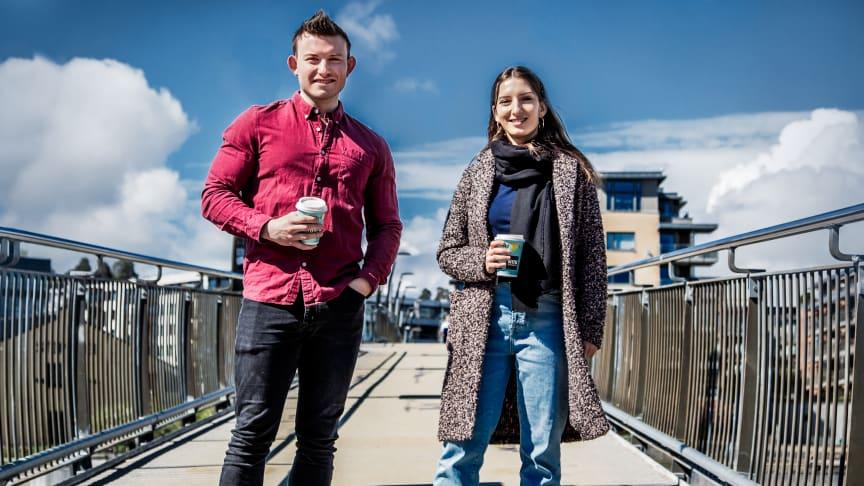 Koenraad Rodbjartson Herber og Magda Stolarczyk har kort vei fra jobb til en kaffekopp i fine byomgivelser. Foto: Heidi Storm Middleton