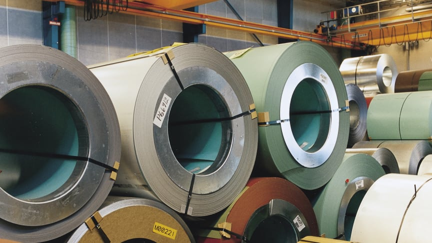 Lindabs produkter fremstilles af varmgalvaniseret, koldvalset stål, hvor overfladebelægningen påføres stålpladen i en 3-lags dobbeltsidet opbygning. Billedet her viser stål coils i forskellige farver.
