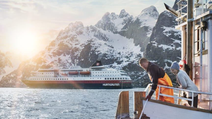 VARSLER DAGLIGE SEILINGER: Hurtigruten skal også fremover drive størstedelen av Kystruten Bergen - Kirkenes. Likevel varsler selskapet daglige seilinger langs ruta. Foto: HURTIGRUTEN