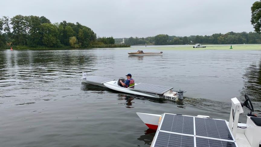 """Bei der 6. Wildauer Solarbootregatta am Dahmeufer, organisiert von der TH Wildau, ging auch das Boot """"SUNcaTcHer"""", die Eigenkonstruktion der Hochschule, wieder an den Start. (Bild: Mareike Rammelt/THWildau)"""