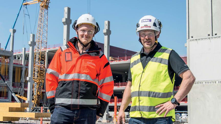 Projektipäällikkö Mikko Marttila (vas.) Cramolta kertoo, että työmaan tarpeet ennakoimalla on vältytty kiiresumalta. Vieressä avainasiakaspäällikkö Kari Jäppinen.