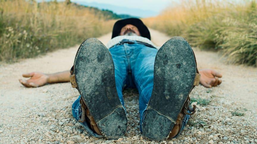 """I mötet med betraktaren faller mannen handlöst bakåt. Ett av verken i utställningen """"Marken under dina fötter"""" som visas på Arbetets museum under tiden 24 november 2017-11 februari 2018."""