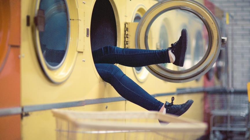 Mange glemmer at fjerne transportsikringerne før de tager den nye vaskemaskine i brug.  Det resulterer i, at maskinen hopper og danser - og larmer.