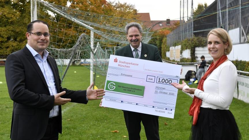 Peter Kastenmeier (Mitte), Präsident des TSV München Großhadern freut sich über den Spendenscheck. Überreicht wurde er von Regionalleiter Christofer Limmer und Filialleiterin Miriam Käppeler.