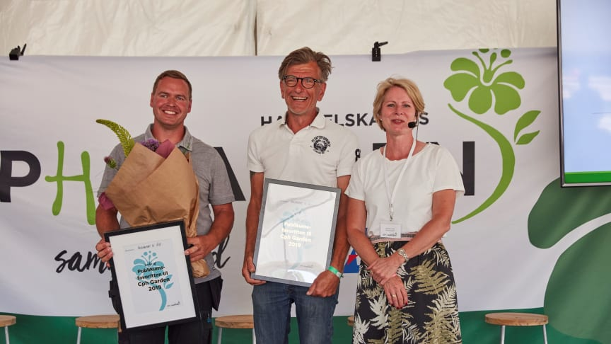 Havedesigner Hannu Sarenström og anlægsgartner Stig Olsen fra Elite Anlæg modtog sammen prisen for publikums showhavefavorit. Til Højre side står direktør for Haveselskabet Charlotte Garby