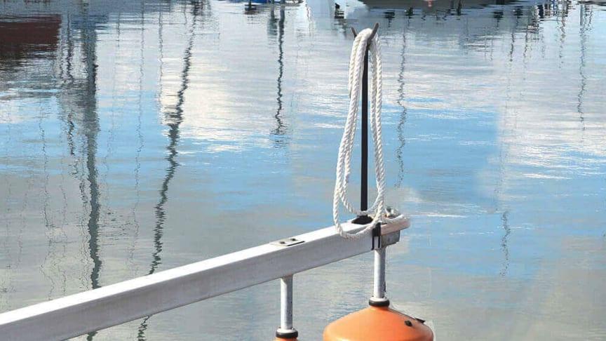 Tauholderen er 102 cm høy, og er laget av støtsikker og UV-bestandig plast.