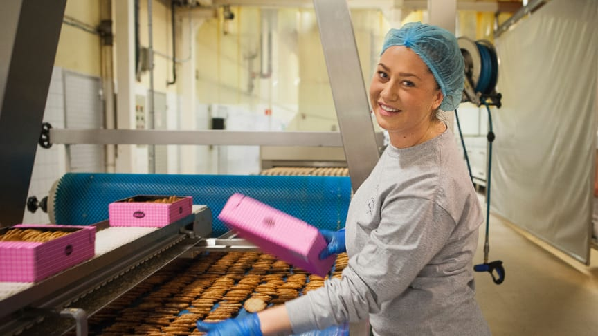 Högtryck i bagerierna i Örkelljunga. Emilie packar kakor och har roligt med sina kompisar på jobbet.