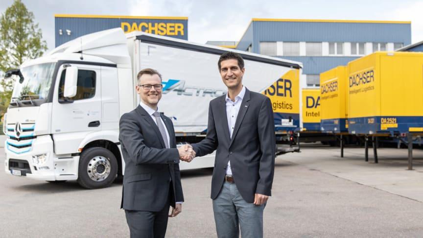 links nach rechts: Martin Kehnen, Leiter CharterWay Rental & Großkundenmanagement Deutschland bei Mercedes-Benz Lkw, übergibt die Schlüssel des Mercedes-Benz eActros an Markus Maurer, General Manager der DACHSER-Niederlassung in Kornwestheim.