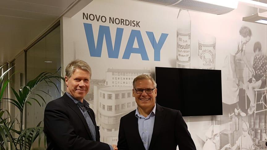 Novo Nordiskin Jaakko Linna (oik.) ja Tamron Kai Kaasalainen käynnistämässä uutta yhteistyötä.