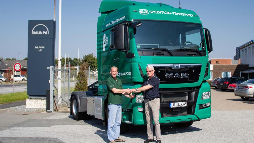 Chauffør hos E3 gruppen Marko Spieler, får her overrakt nøglerne til den nye MAN af Driftsleder Martin Raun Johansen fra MAN i Padborg.