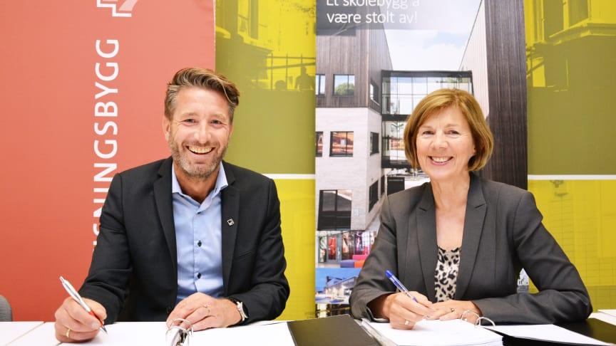 Kontraktsignering: Erik Økland i Veidekke og Rigmor Helene Hansen i Undervisningsbygg signerer kontrakten for nye Ruseløkka skole.