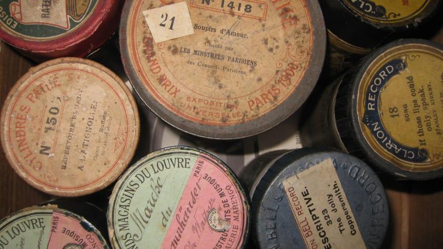 Fonografrullar från tidigt 1900-tal i sina typiska pappcylindrar. Foto: Namrood/Wikimedia commons