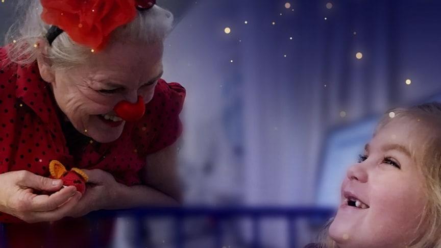 Laura får godnatbesøg af hospitalsklovnen Trudi