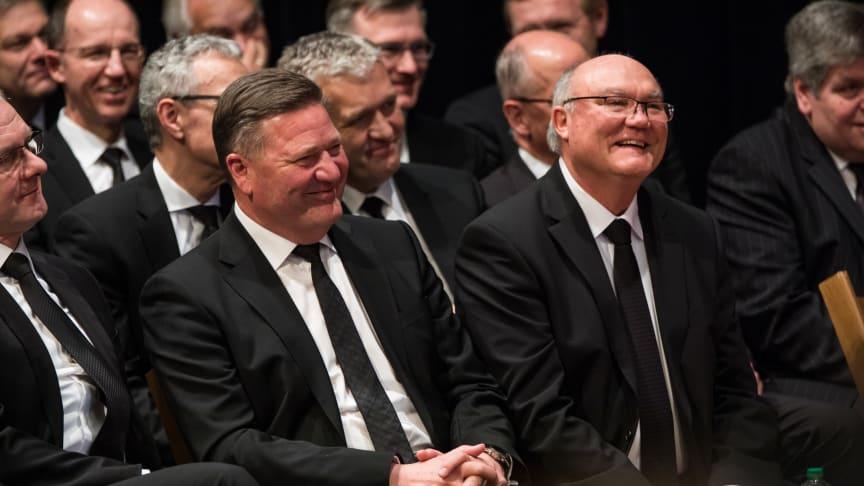 Gastgeber des Empfangs sind Bezirksapostel Rainer Storck (Mitte) und Bezirksapostel i.R. Bernd Koberstein (rechts), hier beim Gottesdienst am 5. März 2018 in Dieburg