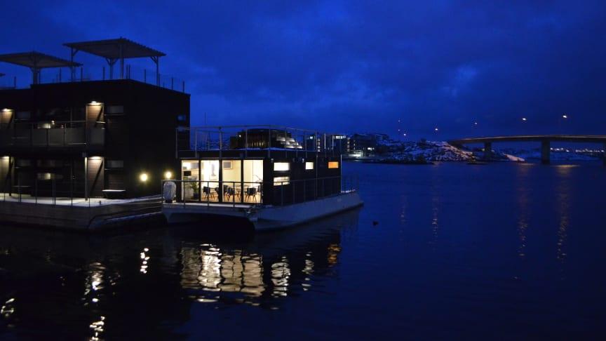 Vinter på Klädesholmen med utsikt över Salt&Sills flytande bad- och bastubåt