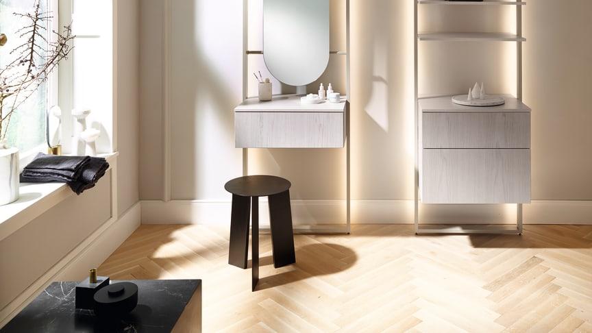 Das neue, mit LEDs ausgestattete Alurahmensystem des Möbelprogramms rc40 von burgbad lässt Schrankelemente, Waschtische und Schminkplätze förmlich vor der Wand schweben. Foto: burgbad
