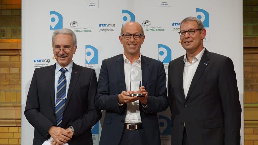 Preisträger Jens Zeller, Geschäftsführer idem telematics GmbH (Mitte) mit dem Jury-Vorsitzenden Prof. Dr.-Ing. Heinz-Leo Dudek (links), Dekan Fakultät Technik, Duale Hochschule Baden-Württemberg und Oliver Trost (rechts) Geschäftsführer ETM Verlag