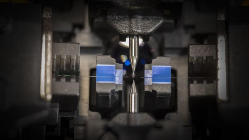 Glasfasern werden mit dem speziellen Lichtbogenspleißgerät gespleißt. Das Spleißgerät justiert dabei die lichtleitenden Kerne der beiden Glasfaserenden punktgenau aufeinander und verschmilzt sie miteinander. Rechte: DG