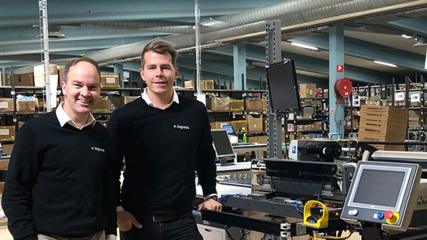 Jonas Berggren och Kristoffer Blom vid påspackningsmaskinen Autobag AB850S.