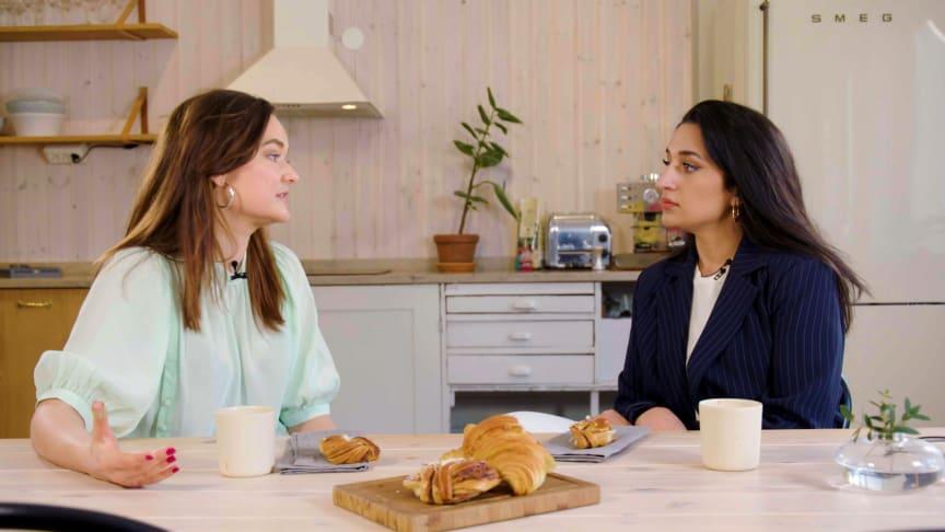 Vad är vardagsrasism? I första avsnittet av intervjuserien Frågan bjuder Hanna Persson hem journalisten och På Spåret-vinnaren Parisa Amiri.