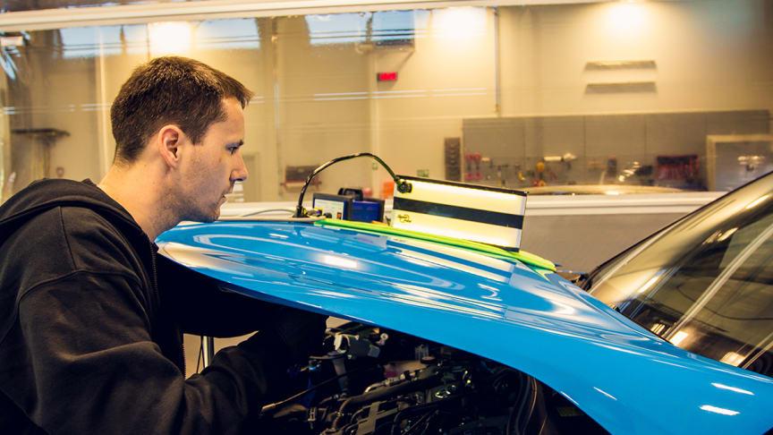 Sortland: Bilskadereparatør Sten Johansen fra Nordvik. Foto: Nordvik/DroneNord