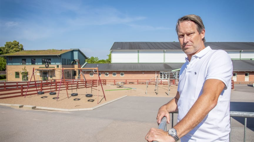 Kommunens trygghets- och säkerhetschef, Niklas Schörling, på plats på Lunnaskolan för att bilda sig en uppfattning över vilka preventiva åtgärder som skulle passa bäst på området.