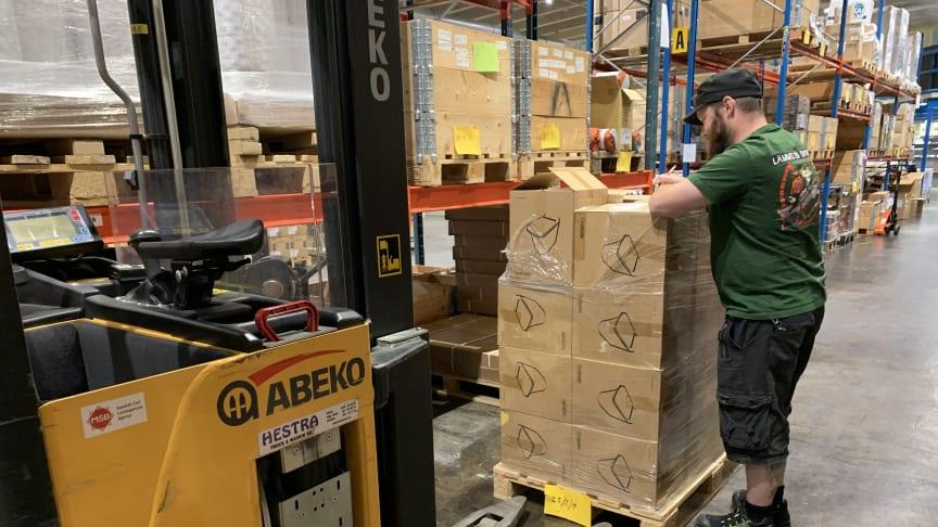 Under söndagen påbörjades packningen av materiel från MSB:s lager i Kristinehamn. Det materiella stödet består av tält, filtar, sovsäckar, toaletter, köksutrustning och presenningar.
