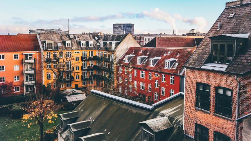 Villapriserna sjönk med 1 procent i december, medan bostadsrättspriserna låg stilla.