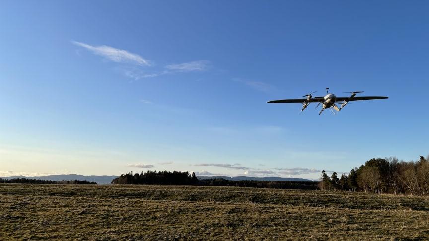 Droner vil spille en nøkkelrolle i transport av prøver mellom norske sykehus fremover. Frakt av blod- og laboratorieprøver mellom fastlegekontorer til sykehus vil enklere ved hjelp av fremtidens transportmiddel.