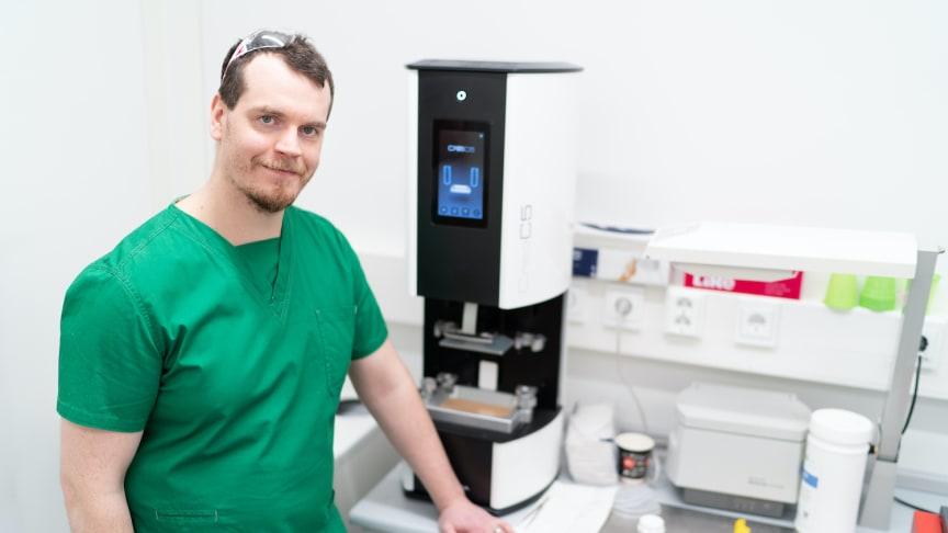 At the Mehiläinen Hyvinkää dental lab, dental technician Joonas Karilainen has put the Planmeca Creo® C5 3D printer to good use.