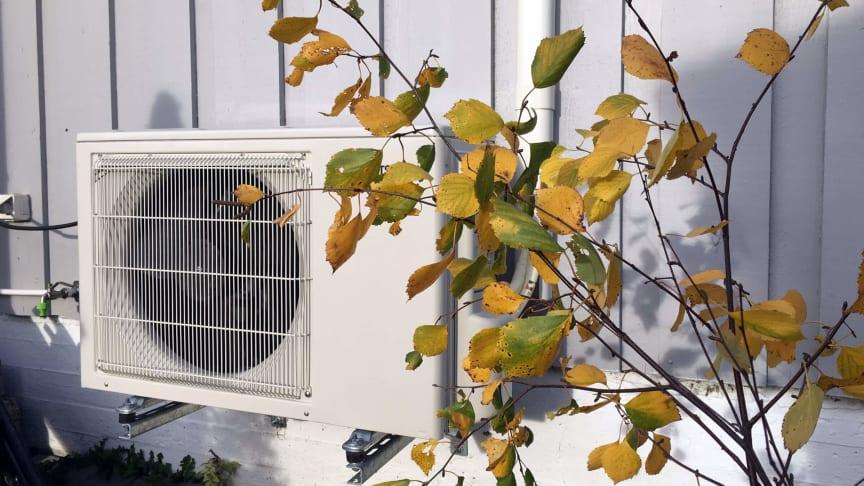 Sjekk at varmepumpen er fri for løv og rusk, og at det ikke har vokst opp planter og busker rundt den.