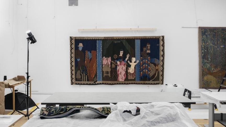 Förberedelserna pågår för fullt inför utställningen Migration – Föremålens färdvägar. Hannah Ryggens bildväv Ugift Moder (1937). Foto: Carl Ander, Röhsska museet