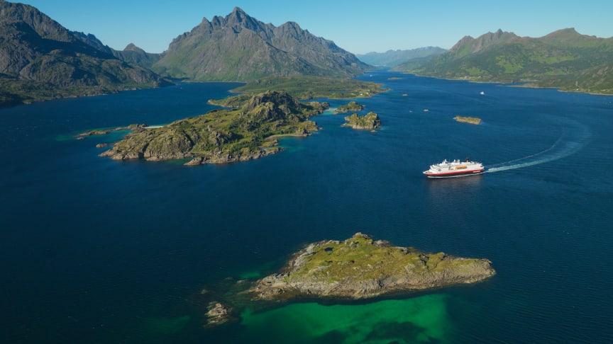 FJERNER PLAST: Nøyaktig 125 år etter den første seilingen, vil Hurtigruten ha med hele kysten i kampen mot plast. Foto: Trym Ivar Bergsmo/Hurtigruten