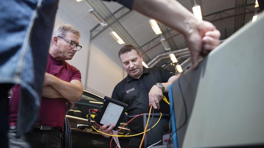 Mercedes-Benz utbildar gymnasielärare i elbilsteknik
