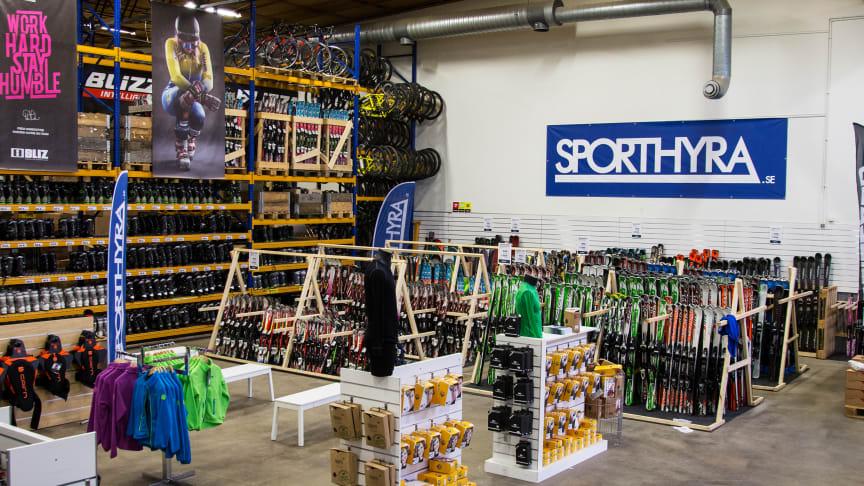 Sporthyra erbjuder skiduthyrning, boka på nätet och hämta upp i en av flera butiker runtom i landet