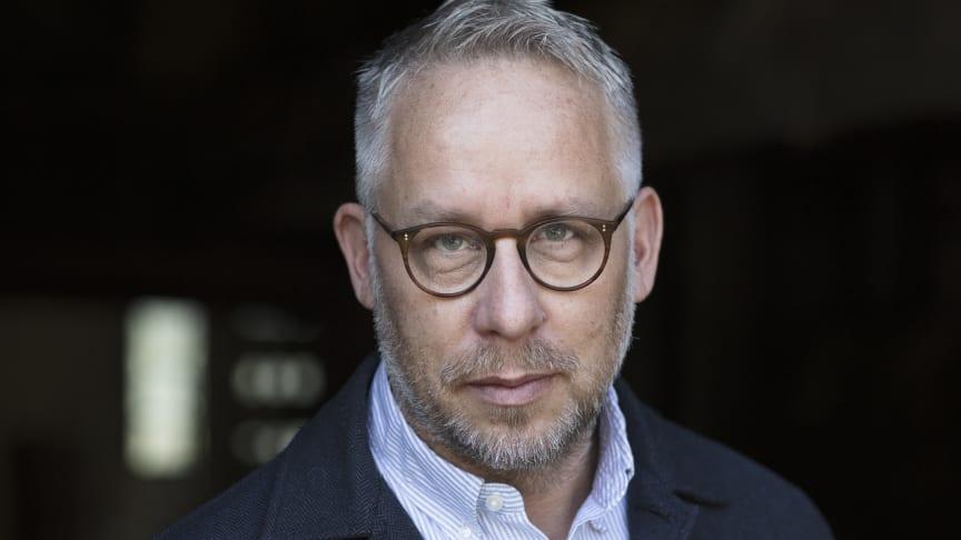Prisbelönte journalisten och författaren Po Tidholm är nästa Ander Visiting Professor vid Karlstads universitet. Foto: Peter Hoelstad