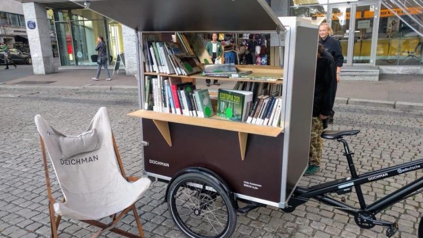 Det nyskapende utendørsbiblioteket består av en container, fire biblioteksykler, en iskrembod-sykkel fra Sandwich Brothers, og en scene.